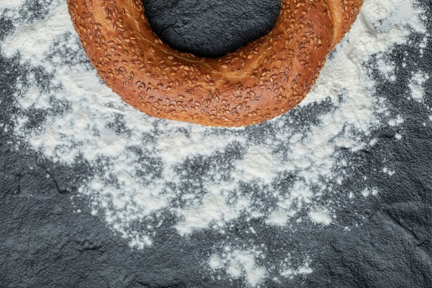 Simit turco saboroso recém-assado na farinha.