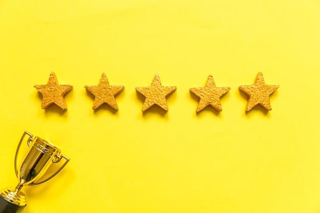 Simplesmente coloque a taça de troféu de ouro de vencedor ou campeão de design e classificação de estrelas isolada em amarelo