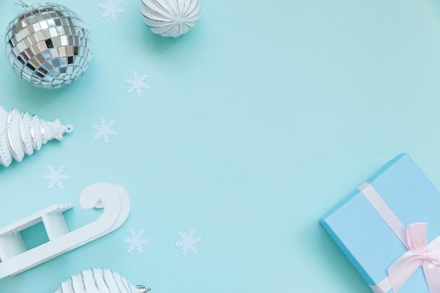 Simplesmente composição mínima objetos de inverno ornamento caixa de presente fundo azul