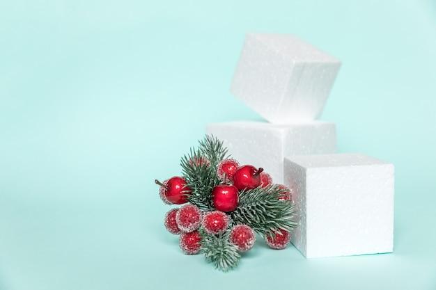 Simplesmente composição mínima objetos de inverno ornamento e cubos formas geométricas pódio isolado
