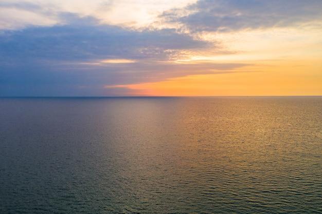 Simplesmente pastel mínimo e relaxe a linha horizontal entre o mar e o céu pacíficos.