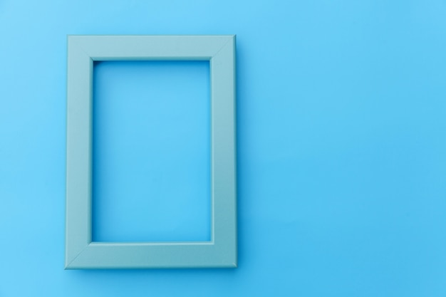 Simplesmente projete com moldura azul vazia, isolada no fundo colorido pastel azul