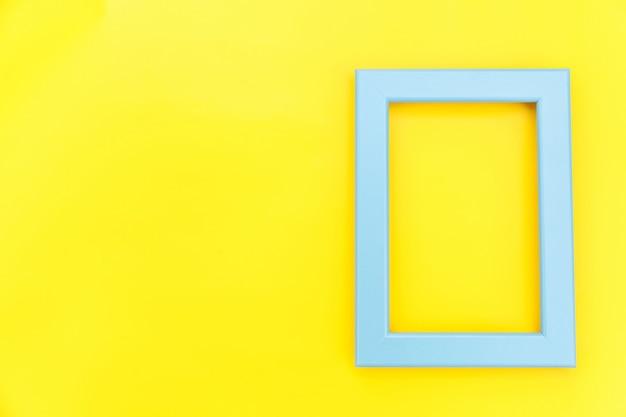 Simplesmente projete com moldura azul vazia, isolada no fundo moderno colorido amarelo