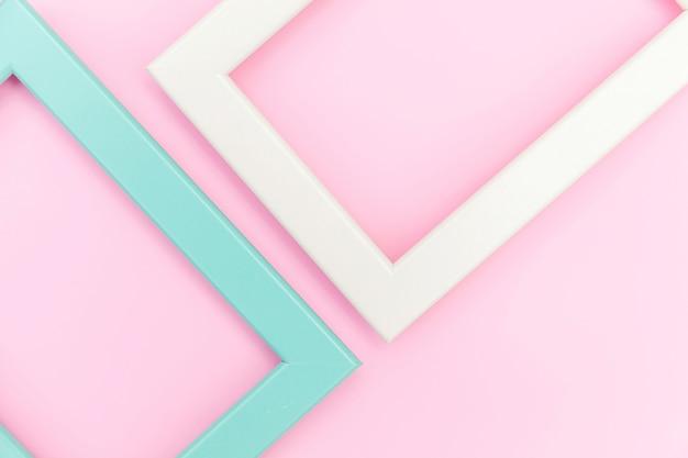 Simplesmente projete com moldura rosa e azul vazia isolada no fundo rosa