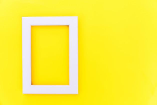 Simplesmente projete com moldura rosa vazia isolada no fundo moderno colorido amarelo