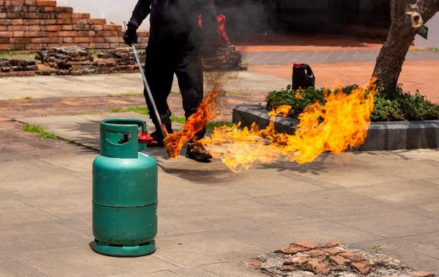 Simulação de incêndio e treinamento de emergência de resgate na escola.