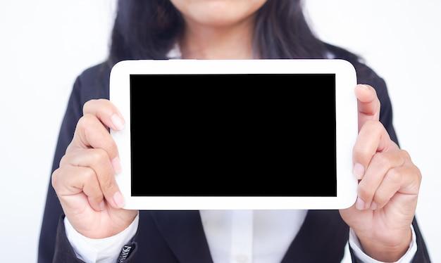 Simulação de ipad, equipe, mulher de negócios com terno preto segurando o monitor de computador tablet
