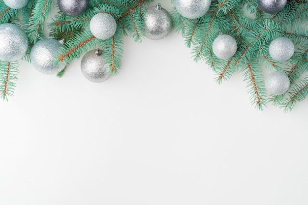Simulação de natal com galhos de pinheiro em branco, copyspace, flatlay