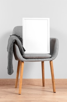 Simulação de quadro ao lado da cadeira
