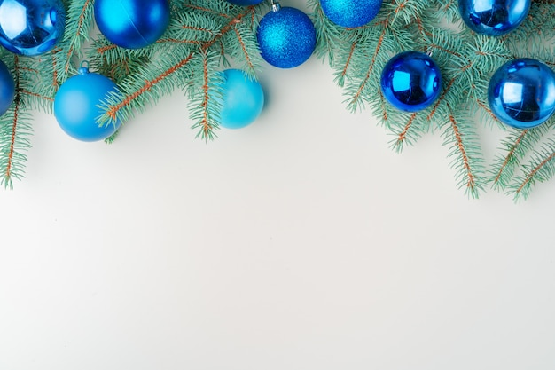 Simulado de natal com galhos de pinheiro em fundo branco, cópia espaço, flatlay