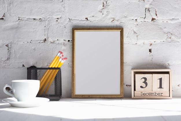 Simule uma imagem ou folha em branco no fundo da parede de tijolos