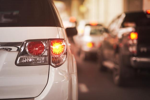 Sinais da lâmpada traseira para a volta do carro na rua