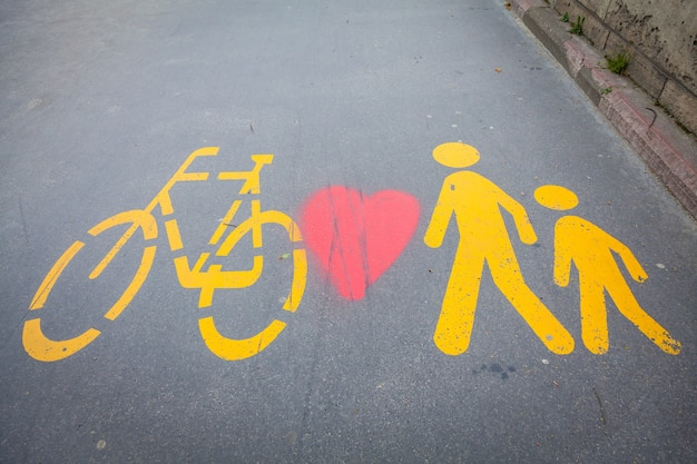 Sinais de bicicletas pintados em uma rua exclusiva em bucareste, hungria