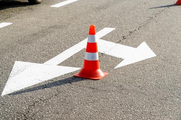 Sinais de carros para controlar a direção do tráfego, marcações de estradas