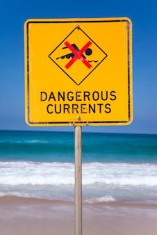 Sinais de correntes perigosas na praia na austrália