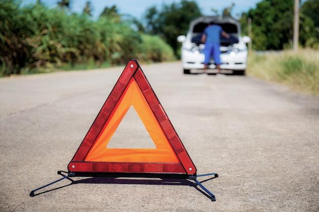 Sinais de emergência na estrada.