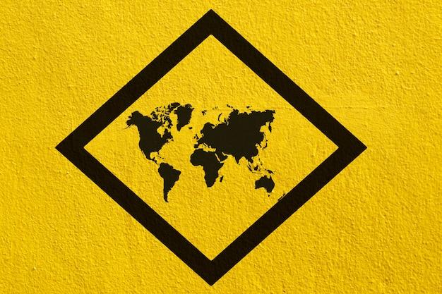 Sinais de mapa mundo na parede amarela