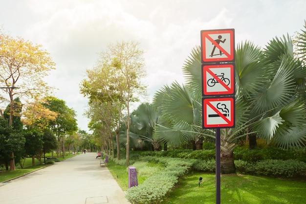 Sinais de proibição em um parque em cingapura.