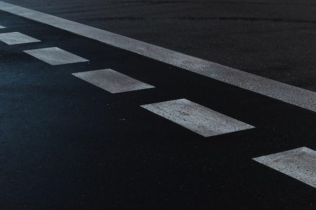 Sinais de rua na estrada. faixa de pedestre