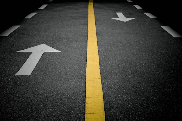 Sinais de seta branca para a frente na estrada