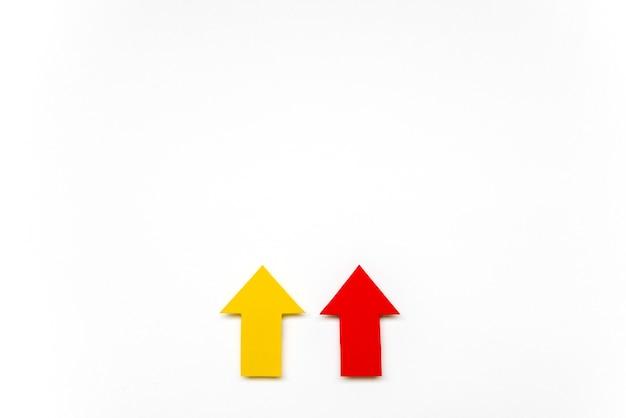 Sinais de seta plana leigos de vermelho e amarelo