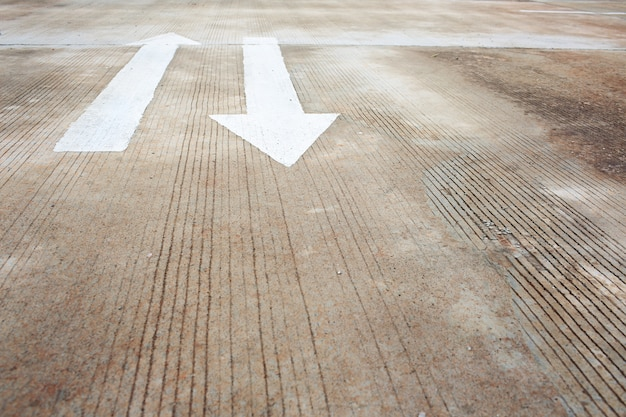 Sinais de seta, sinal de trânsito na rua