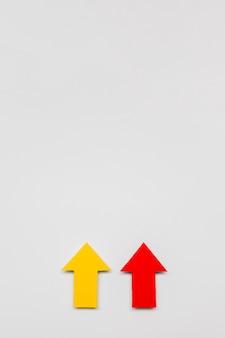 Sinais de seta vermelha e amarela com cópia-espaço