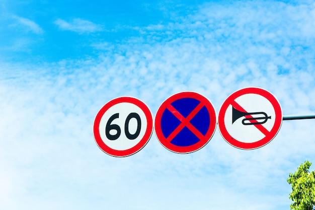 Sinais de trânsito de alerta de zona limite de velocidade