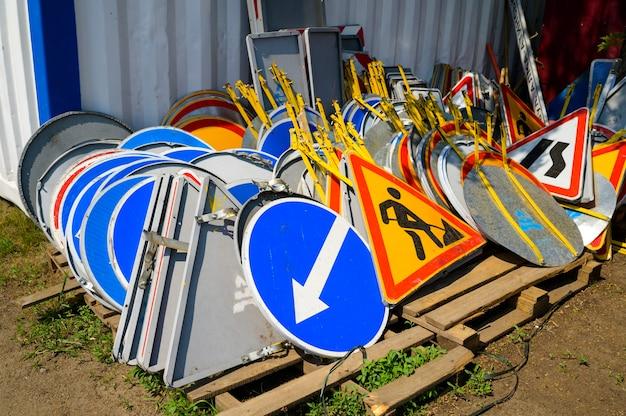 Sinais de trânsito empilhados para instalação durante o reparo de estradas