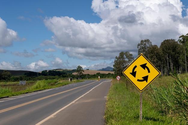 Sinais de trânsito indicando rotatória na rodovia
