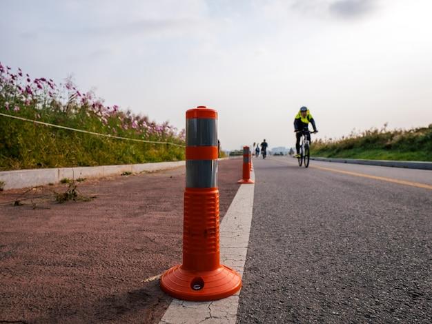 Sinais de trânsito laranja para estrada de bicicleta