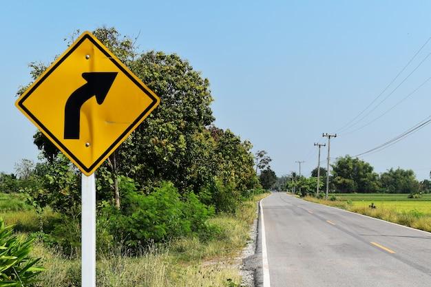 Sinais de trânsito velho e sujo ao lado da estrada de asfalto na zona rural