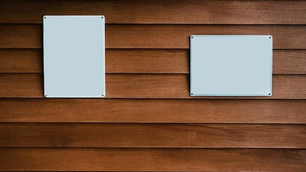 Sinais em branco na parede de madeira.
