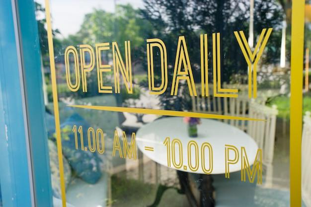 Sinal aberto em estilo vintage, close-up