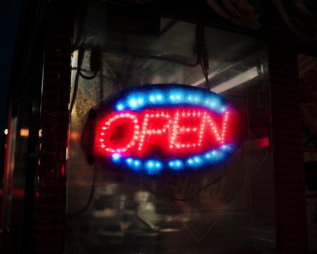 Sinal aberto turva em luzes de neon
