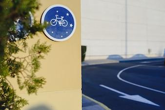 Sinal circular azul que indica a pista de bicicleta e permitido a circulação em bicicletas, conceito da mobilidade saudável e respeito para o ambiente.