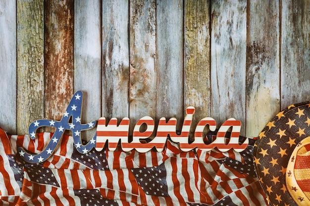 Sinal da américa decorado carta eua feriados nacionais memorial day bandeira americana em fundo de madeira