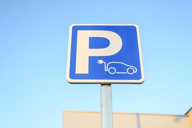 Sinal da estação de carregamento do carro elétrico, mobilidade sustentável.