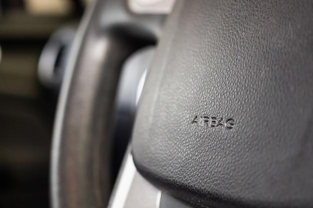 Sinal de airbag de segurança no volante do carro