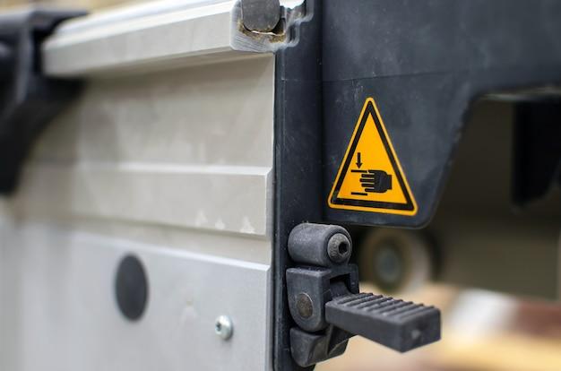 Sinal de alerta em máquinas agrícolas. não coloque as mãos para fora. possibilidade de lesões nas mãos. esteja atento.