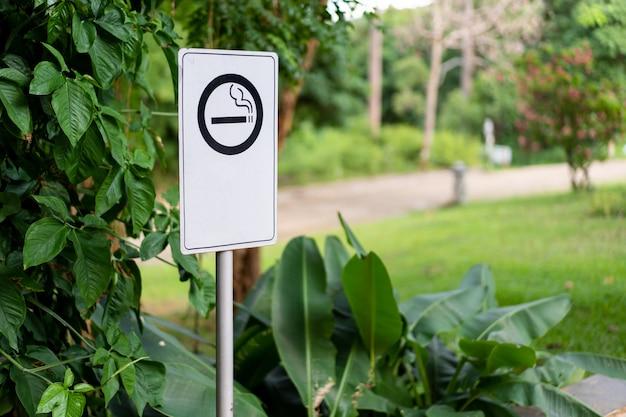 Sinal de área de fumantes com ícone de fumar fechar com espaço de cópia.