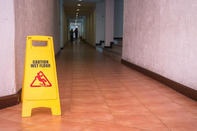 Sinal de aviso amarelo no chão no corredor do hotel