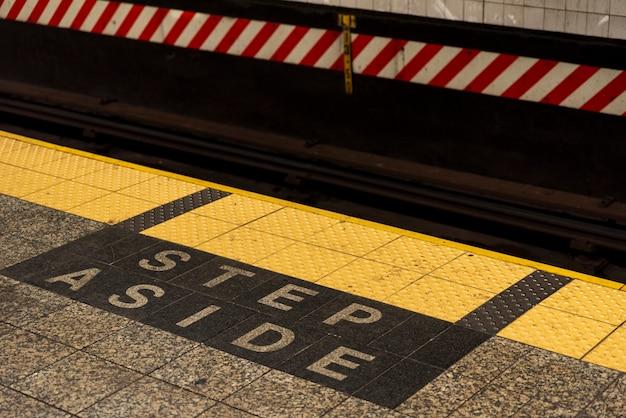 Sinal de aviso de estação de metro