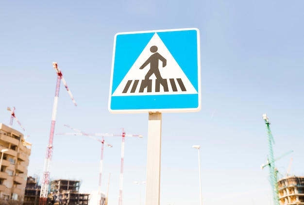 Sinal de aviso de pedestres contra o canteiro de obras