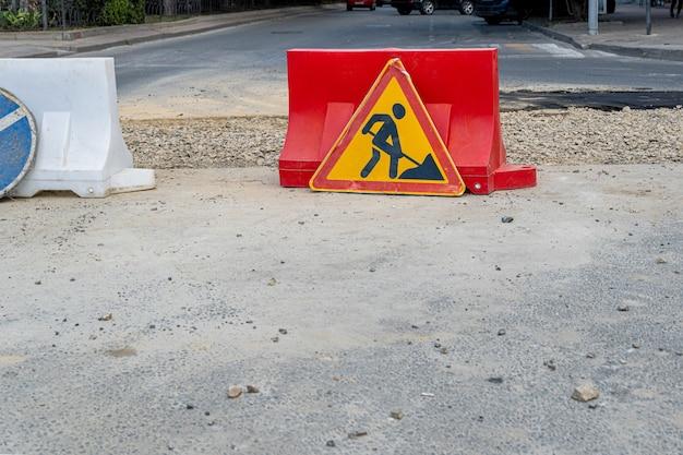 Sinal de aviso de trabalho em andamento em conserto de estrada