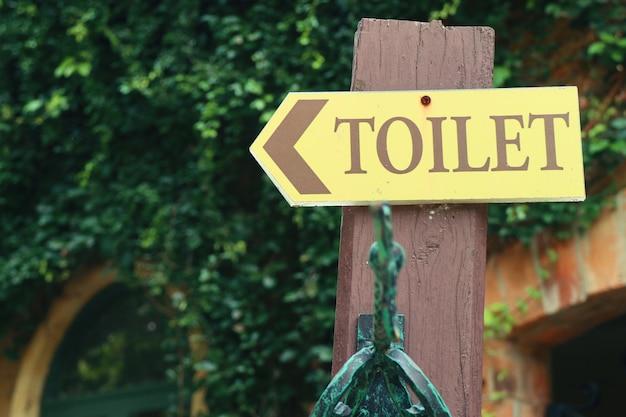 Sinal de banheiro na natureza