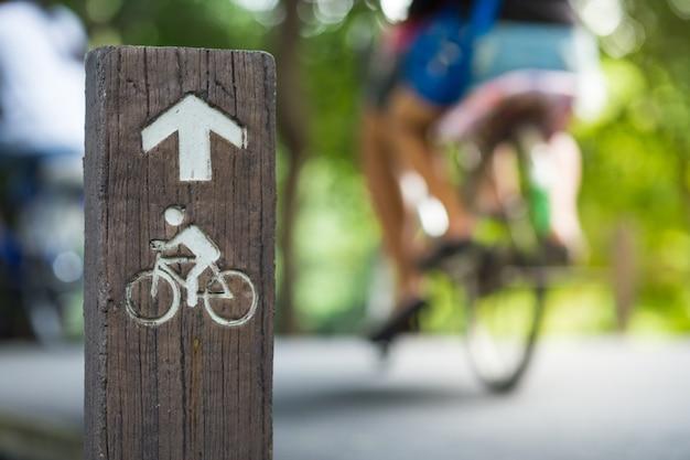 Sinal de bicicleta, bicicleta de desfoque de fundo e rua