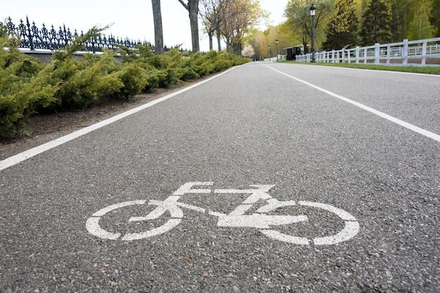 Sinal de bicicleta na estrada