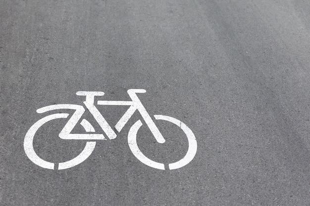 Sinal de bicicleta na pista do parque.