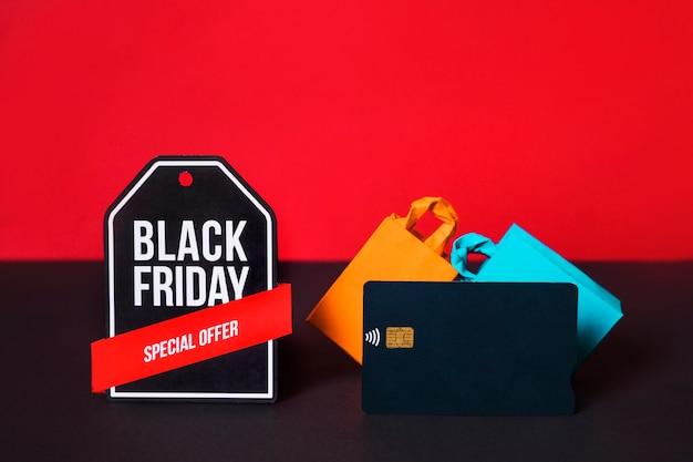 Sinal de brinquedo, cartão de crédito e sacolas de compras